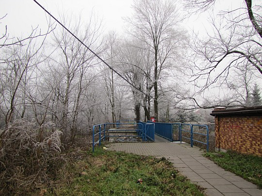 Kładka nad Dłubnią położona na fundamentach dawnego mostu kolejowego.
