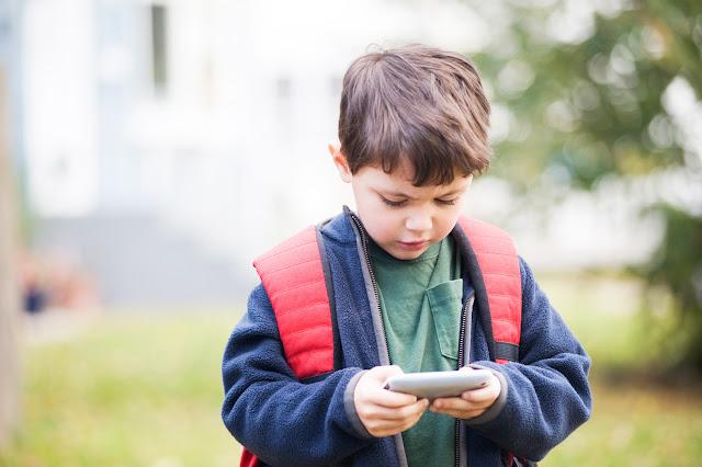 Panduan Memberikan Handphone pada Anak