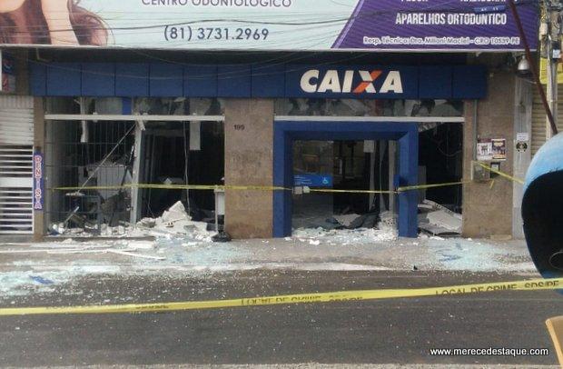 Moradores saquearam agência da Caixa em Santa Cruz após o local ter sido explodido por criminosos