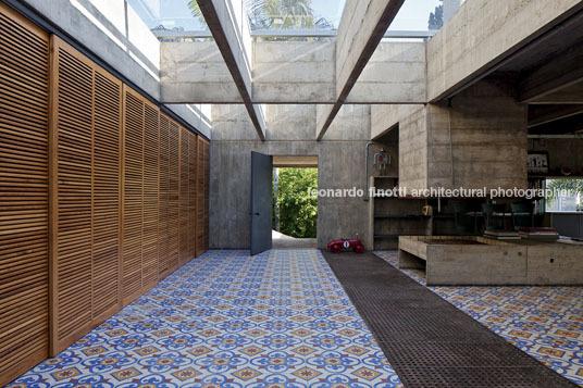 By zonarquitec casa butanta sao paulo brasil arquitectura - Casas de cemento y madera ...