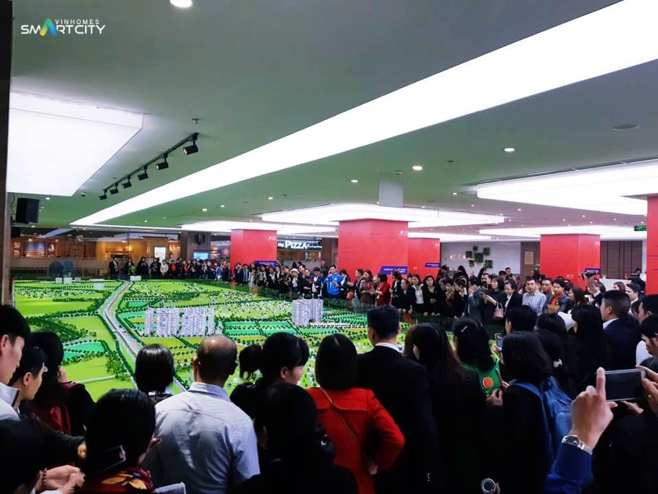 Đông đảo khách hàng tham quan sa bàn dự án Vinhomes Smart City
