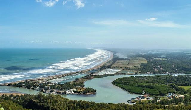Dibuat Takjub dengan Pemandangan Garis Pantai Melengkung dari Bukit Seeanco