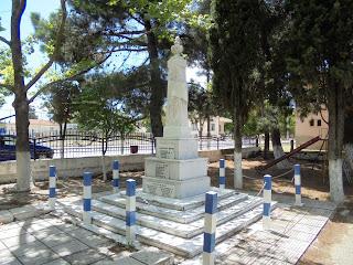 το μνημείο πεσόντων στην Λεβαία