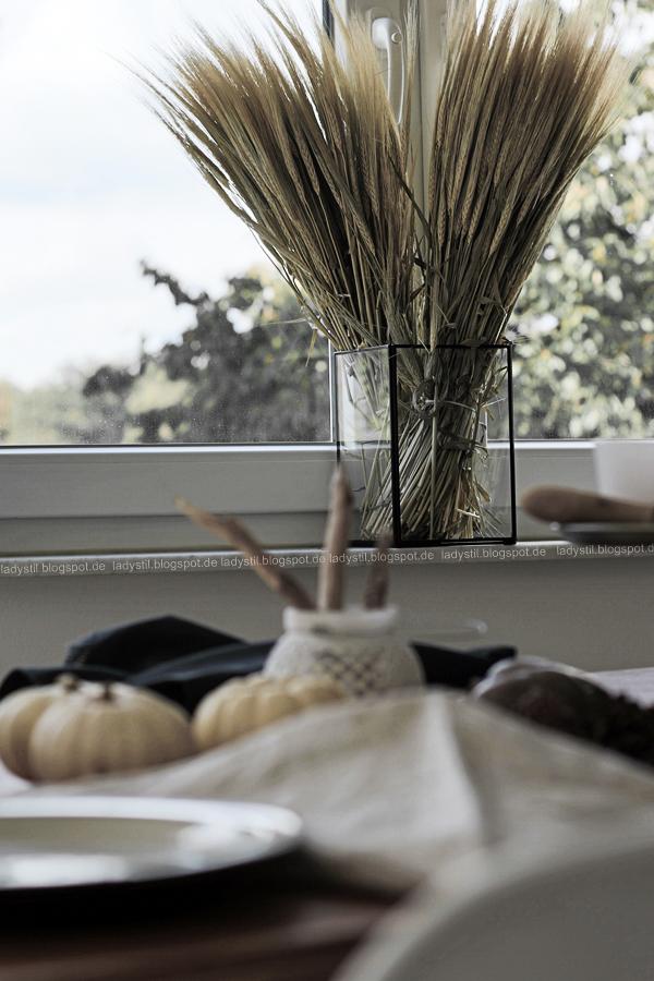 Tischdeko im Herbst mit Kürbissen und gedeckten Farbtönen, Table Setting Autumn Mood,