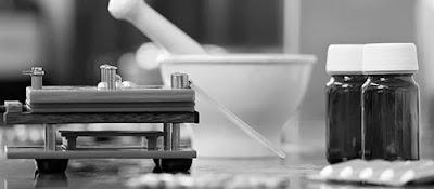 Mortero y balanza utilizados para la preparación de fármacos para la terapéutica medica