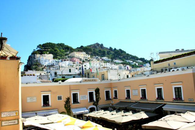 piazzetta di Capri, ombrelloni, case, cielo