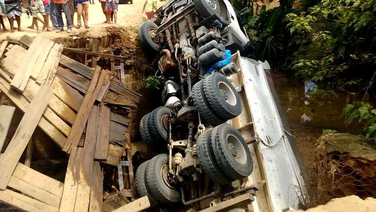 0cba5c9cbc O motorista, Orlei Brandão dos Santos, 35, morreu na noite de sexta-feira  (19) após cair de uma ponte com o caminhão que dirigia no Ramal Jequitibá,  ...