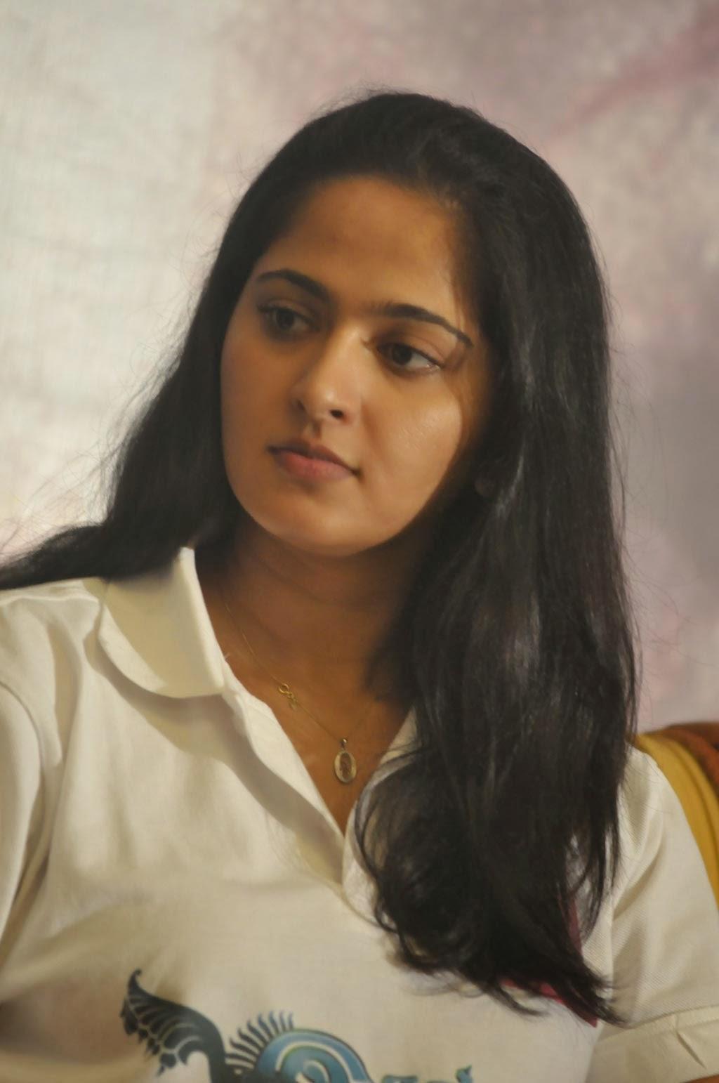 Anushka stills in jeans at irandam ulagam movie press meet