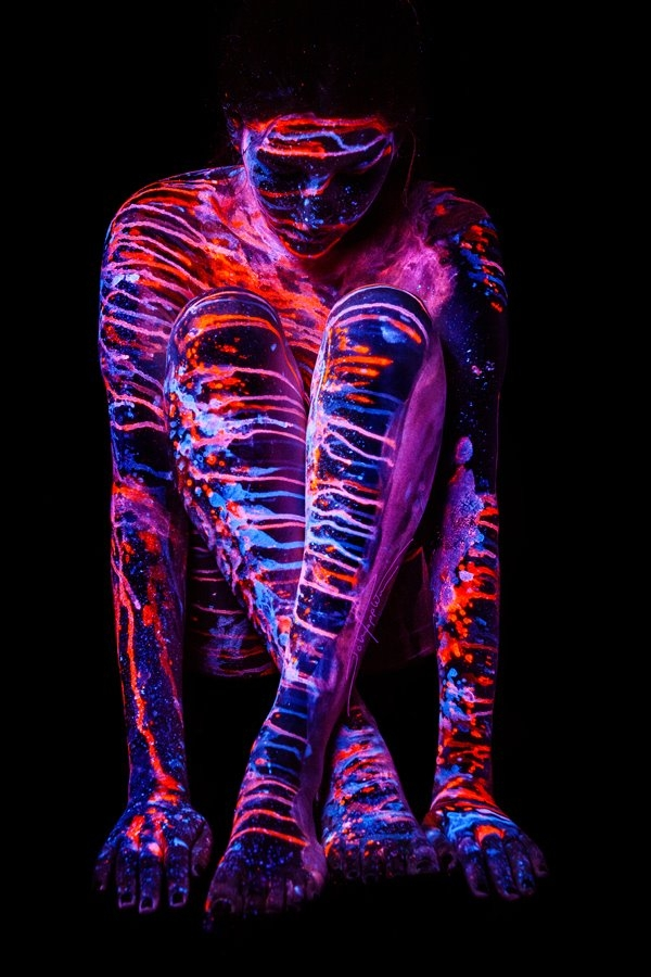 12-John-Poppleton-Body-Painting-turns-into-Body-Scapes-in-the-Dark-www-designstack-co
