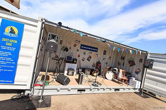 9 inspirasi kreatif panggung portable dari kontainer bekas