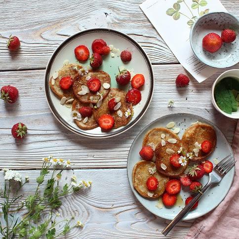 Wegańskie i bezglutenowe placki jaglane z bananem, truskawkami i chia