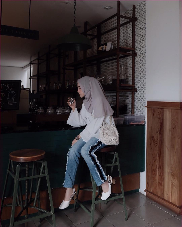 Outfit Kerudung Pashmina Ala Selebgram 2018 hijab pashmina diamond abu muda baju blouse lengan terompet putih celana jeans denim high heels wedges ciput rajut jam tangan coklat ootd trendy kekinian coffe shop