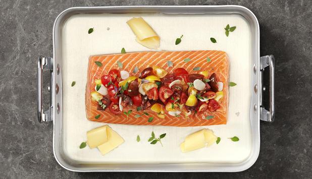 Lomo de salmón fresco al horno con tomate, tomillo y vino
