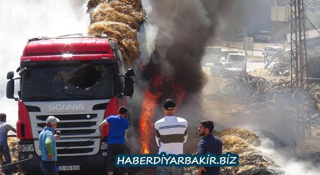 Diyarbakır Çınar'da saman yüklü TIR yanarak kullanılamaz hale geldi
