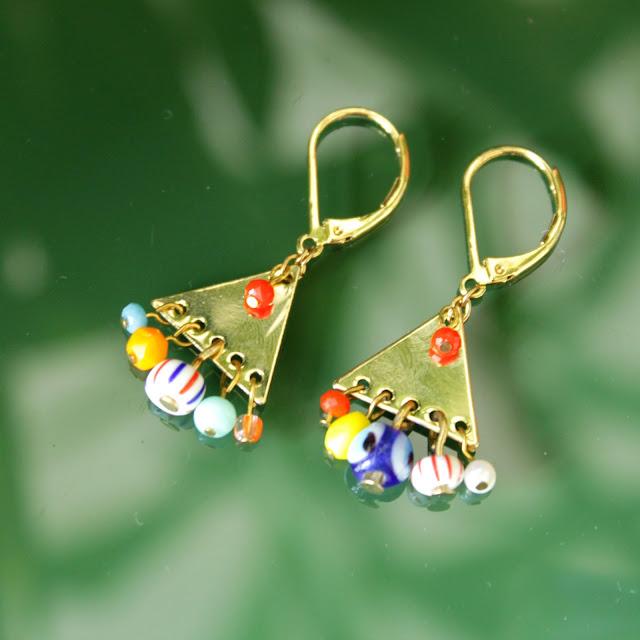 boucles d'oreilles dorées, perles couleurs vives, attache dormeuse, triangle, fun, graphique