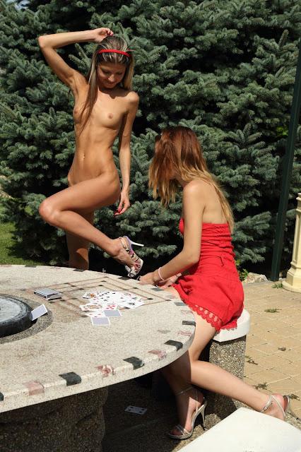 Грей девчонки играют на раздевание