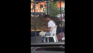 Menjijikkan, Pedagang Durian Ini Ludahi Dagangannya