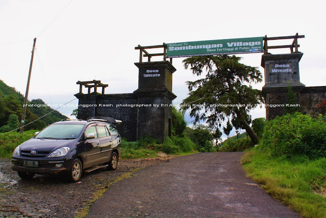 Gerbang Desa Sembungan ke arah bukit Sikunir