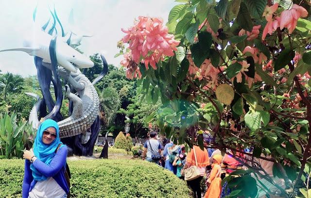 Foto cantik di depan patung Suro dan Boyo