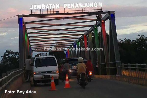 warni Lampu Jembatan Penanjung II, Menarik Perhatian Masyarakat Sekadau: Proses pemasangan lampu