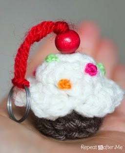 http://translate.google.es/translate?hl=es&sl=en&u=http://www.repeatcrafterme.com/2014/07/crochet-cupcake-keychain-pattern.html&prev=search