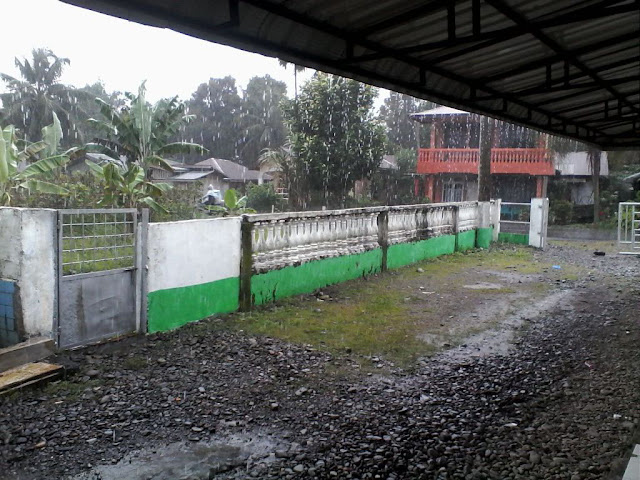 Butiran biji-biji hujan jatuh di pelimpahan Musholla Muslimin Timbang Lawan Bahorok