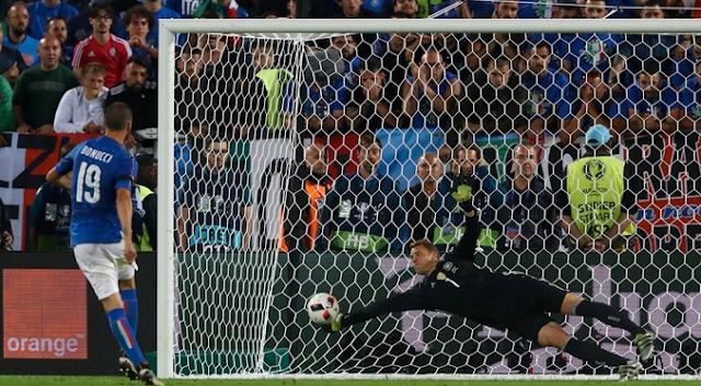 Aksi Neuer saat adu penalti Jerman 6-5 Italia