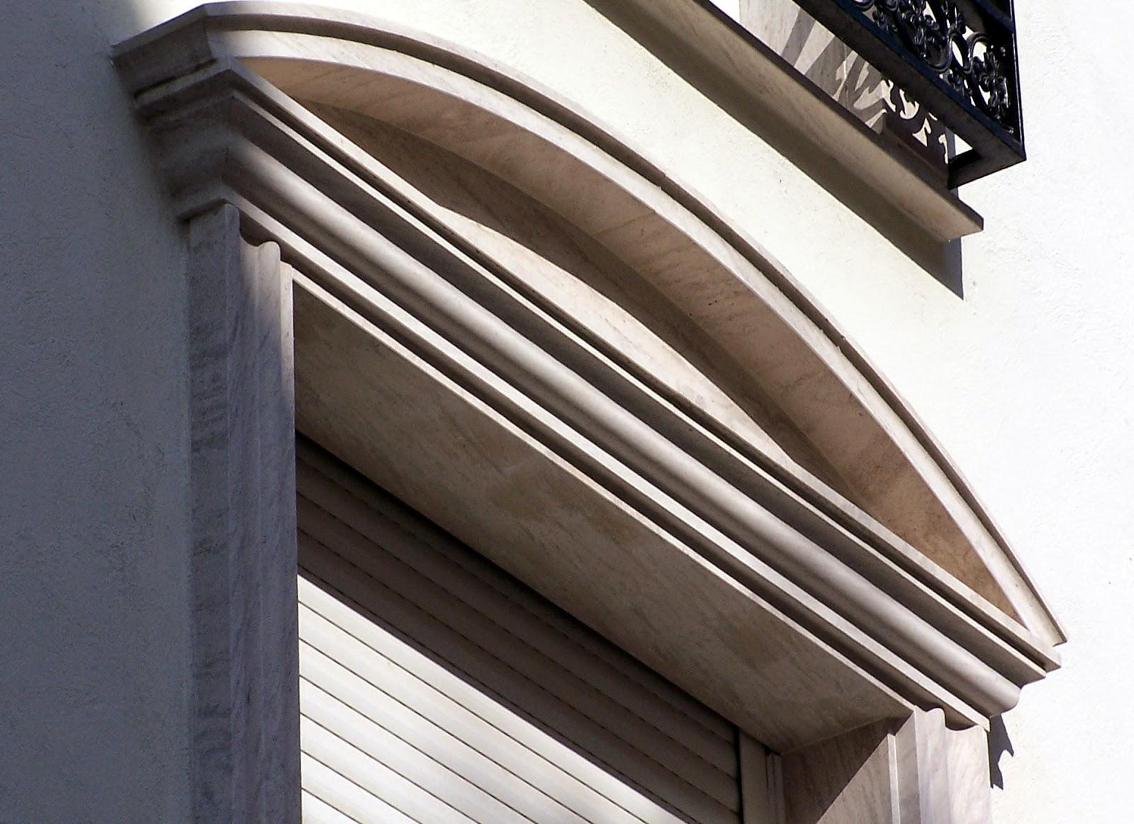 balcón en piedra moca rematado con arco