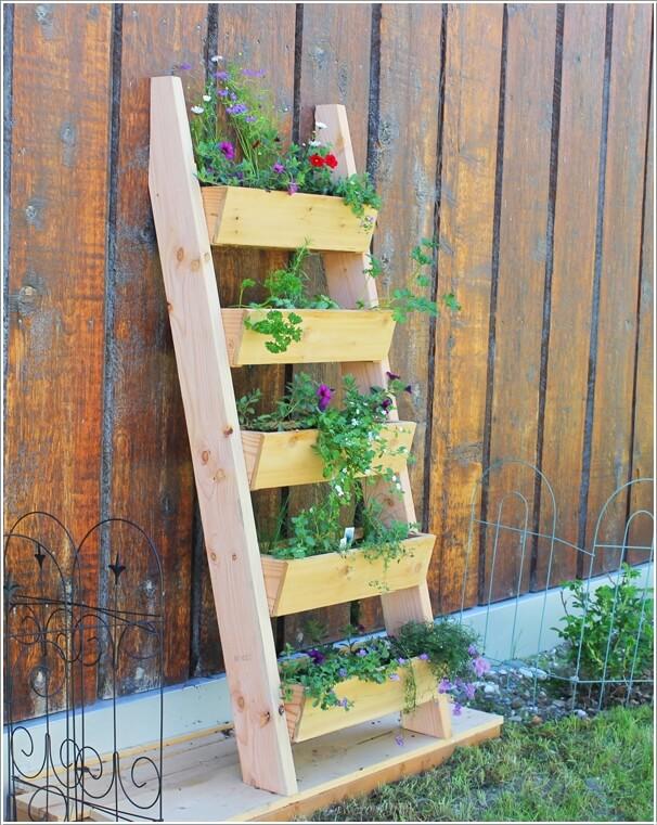 Tận dụng thanh gỗ tạo thành chậu hoa trang trí hàng rào nhà ống