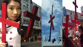 Os fiéis reagem ostentando mais cruzes