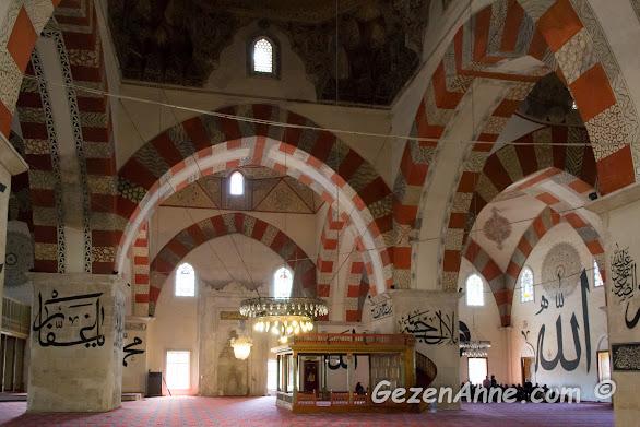 Eski Cami'nin içi ve duvardaki hat yazıları, Edirne