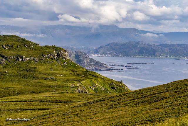 Tierra firme desde la Isla de Runde, Noruega por El Guisante Verde Project