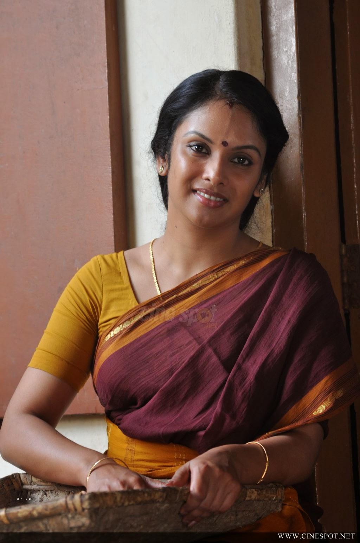 Jyothirmayi Hot Saree Hip And Side Show In Malayalam Movie -9765