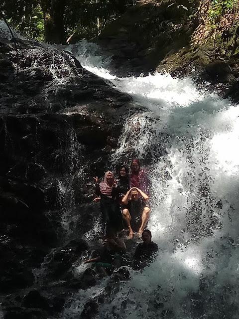 Gembira di Bukit Jamur Bengkayang Kalimantan Barat. Singgah di air terjun Tikalong, sangat dekat dengan jalan besar