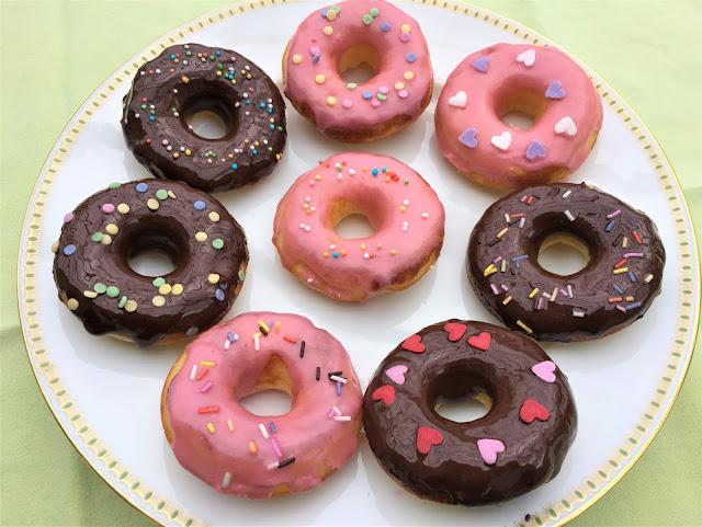 Schokoladen-Donuts und Zucker-Himbeerdonuts mit Dekoration