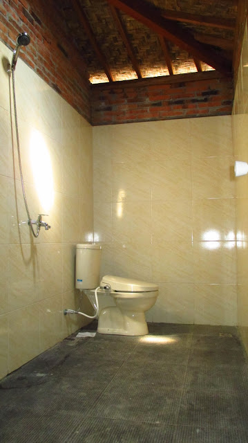 Kamar mandi luas dengan kloset duduk