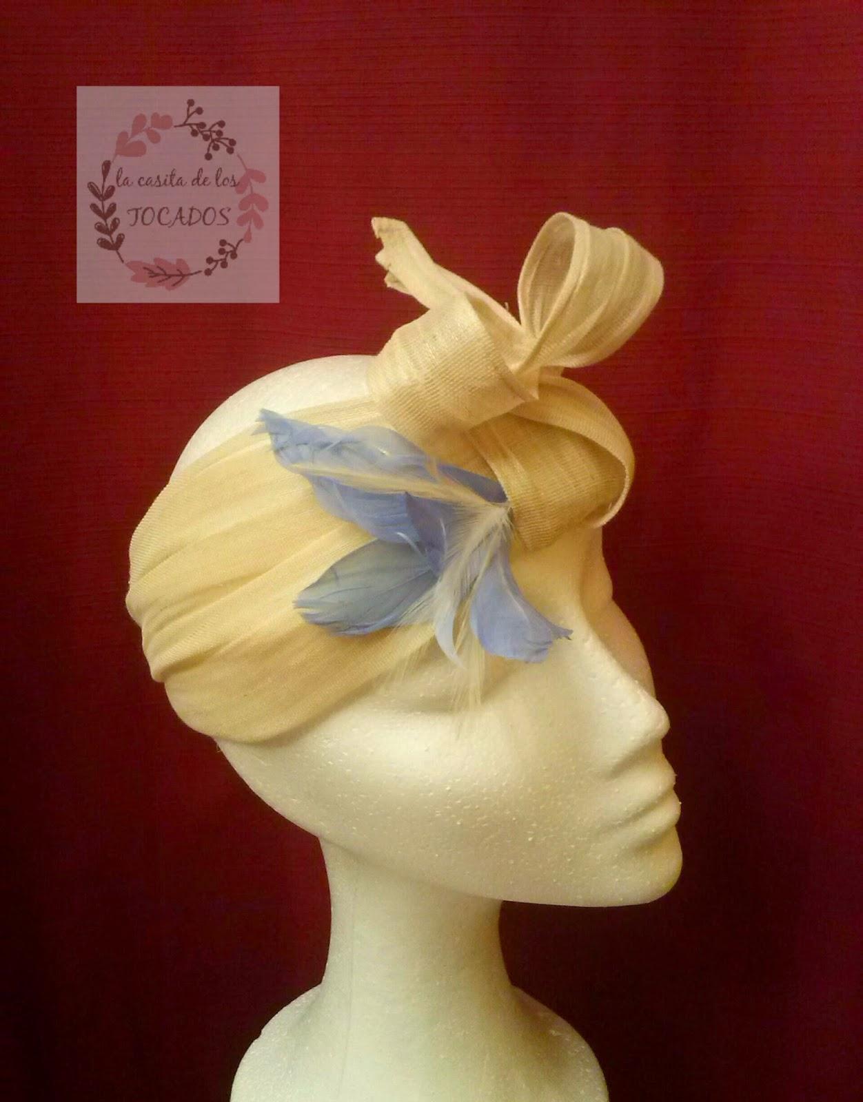 turbante online hecho a mano en color beige con plumas para boda
