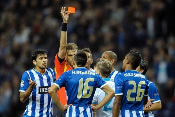 Italian referee Paolo Tagliavento shows the red card to Porto player Héctor Herrera