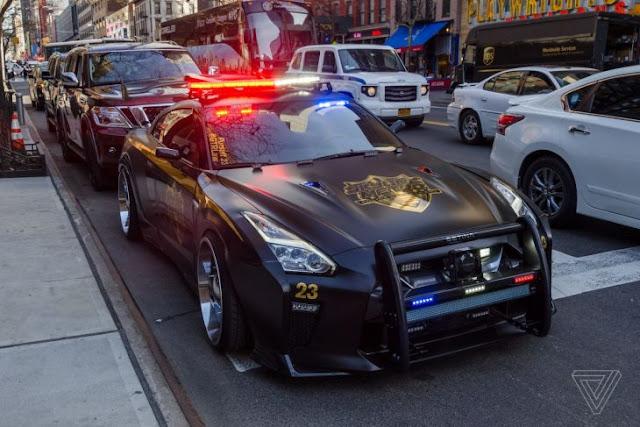 El Nissan GT-R luce como el malvado auto policía de Transformers