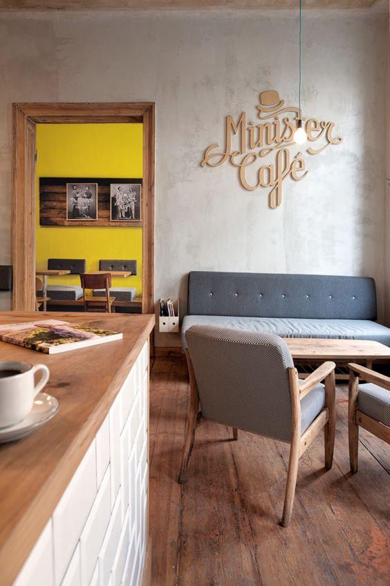 Madeira clara e sofá simples na cafeteria