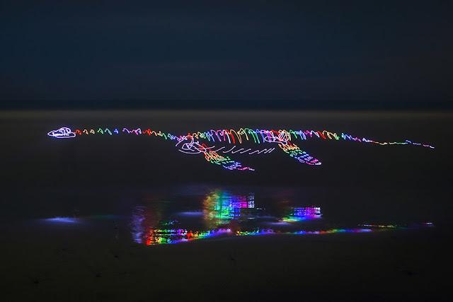 まるでワープのよう?長時間露光で撮られた美し作品7つ【Art】 光の恐竜