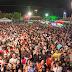 Na Vila da Paixão, show de Maria Clara atrai uma multidão a Fazenda Nova, Brejo da Madre de Deus, PE