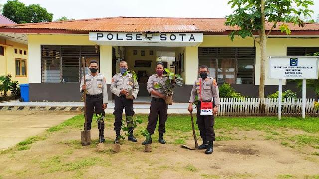 Makruf Soeroto dan Anggota Polsek Sota Tanam Pohon di Perbatasan RI-PNG