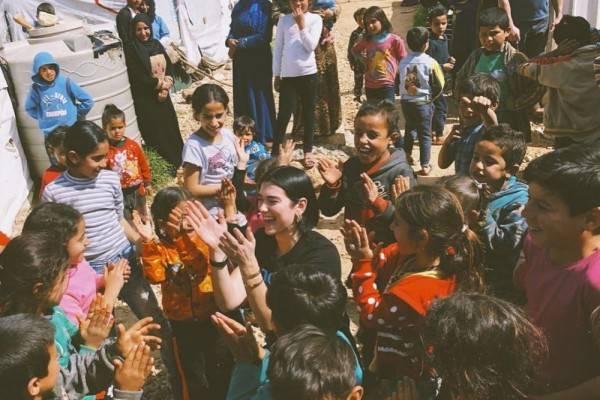 10 Potret Menyentuh Dua Lipa saat Kunjungi Anak-anak di Suriah