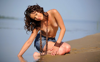 Юная, красивая, обнаженная, девушка, тело, грудь, джинс юбка, поза, сидит, вода, песок, берег, пляж, море