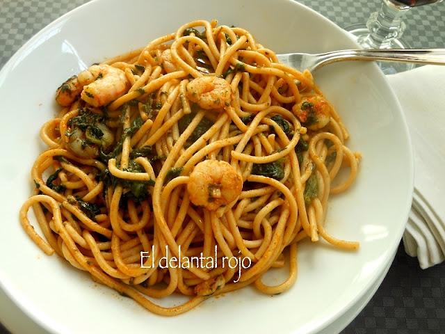 Espaguetis con espinacas y gambas.-