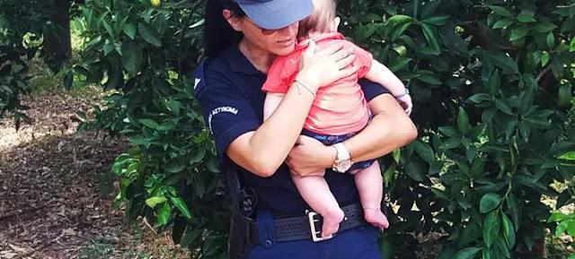 Viral: Αστυνομικός στο Ναύπλιο ηρεμεί με αγκαλιά μωρό, μετά από τροχαίο [βίντεο]