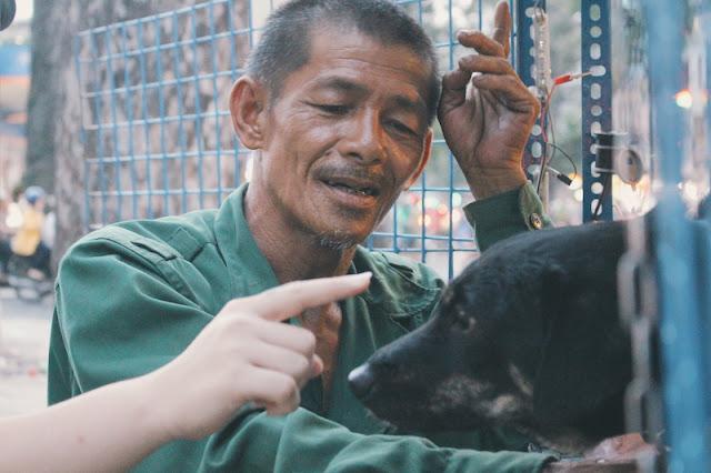 Ông Võ Văn Thành mấy chục năm sống trên đường phố, chỉ bầu bạn với đàn chó.