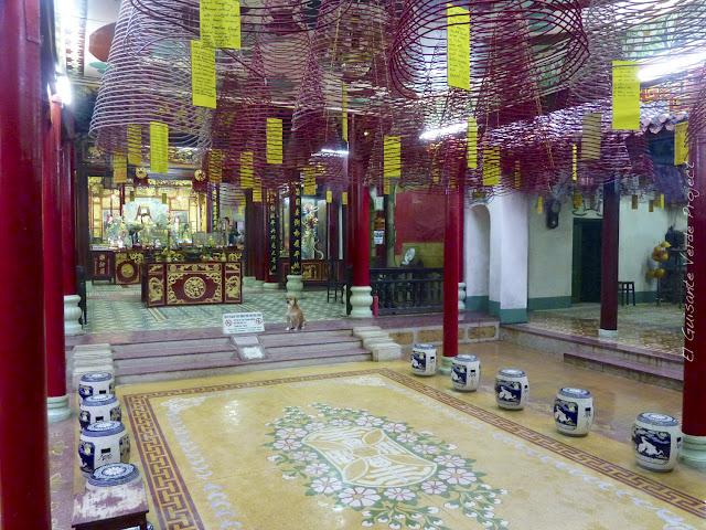 Interior de pagoda con espirales de incienso en Hoi An, por El Guisante Verde Project