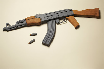 Un rifle  inofensivo hecho con comida.